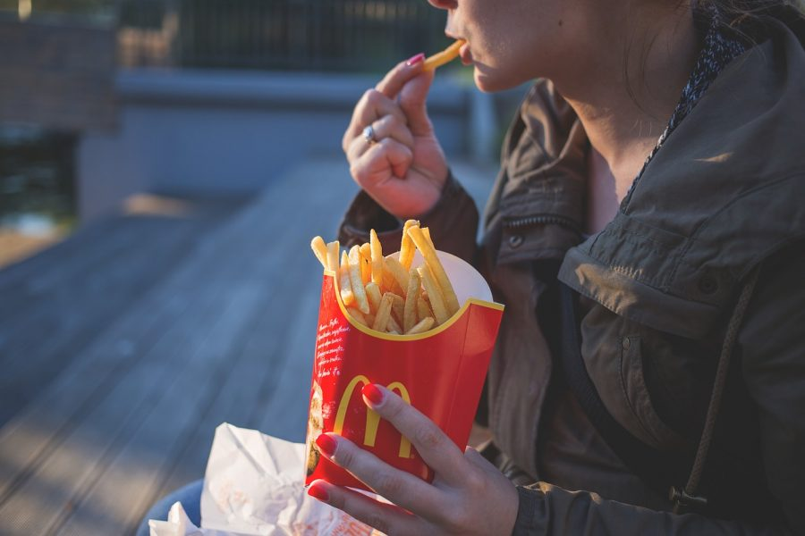 """Fast junk food is on the rise for teenagers. The consumption of unhealthy """"fast food"""" is becoming more and more common among high school students. Pexels/pixabay"""